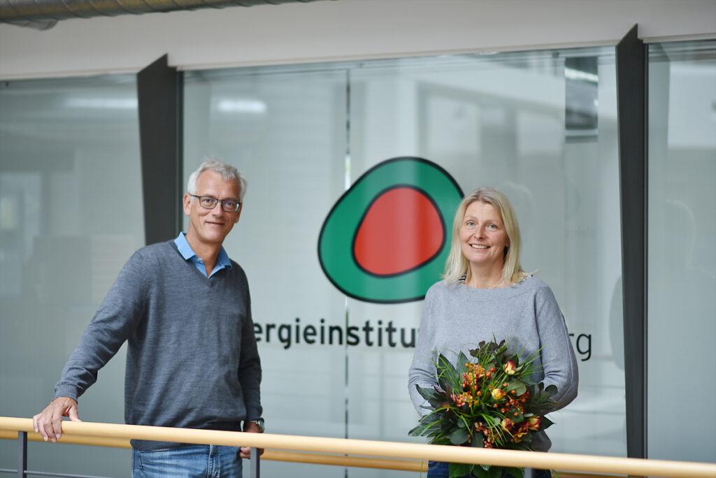 Dafür gibt's Blumen vom Chef: Monika Forster ist KEM-Managerin des Jahres 2020 und Energieinstituts-Geschäftsführer Josef Burtscher freut sich mit.