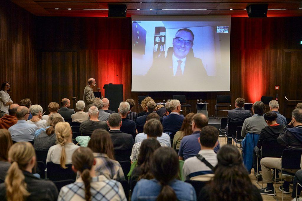 Jozef Vasak von der Ständigen Vertretung der EU-Kommission in Österreich bringt die Besucher*innen der Energie Lounge zum European Green Deal auf Stand. Bildnachweis: Darko Todorovic